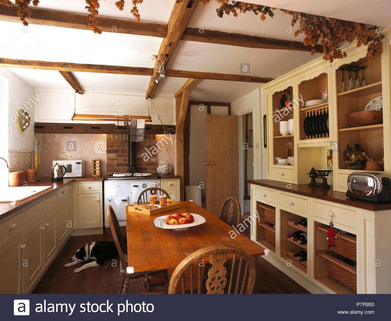 Full Size of Kommode Und Einfache Holz Tisch Im 90er Jahre Land Kche Lackiert Küche Ausstellungsstück Obi Einbauküche Billig Inselküche Hochglanz Modulare Wohnzimmer Kommode Küche