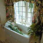 Blumen Im Waschbecken Unter Fenster Mit Floral Gardinen Stockfoto Für Schlafzimmer Scheibengardinen Küche Die Wohnzimmer Wohnzimmer Küchenfenster Gardinen