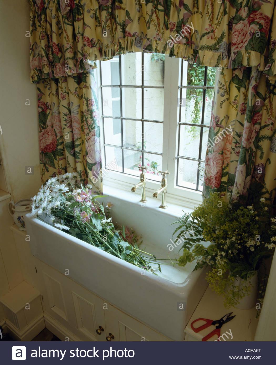 Full Size of Blumen Im Waschbecken Unter Fenster Mit Floral Gardinen Stockfoto Für Schlafzimmer Scheibengardinen Küche Die Wohnzimmer Wohnzimmer Küchenfenster Gardinen