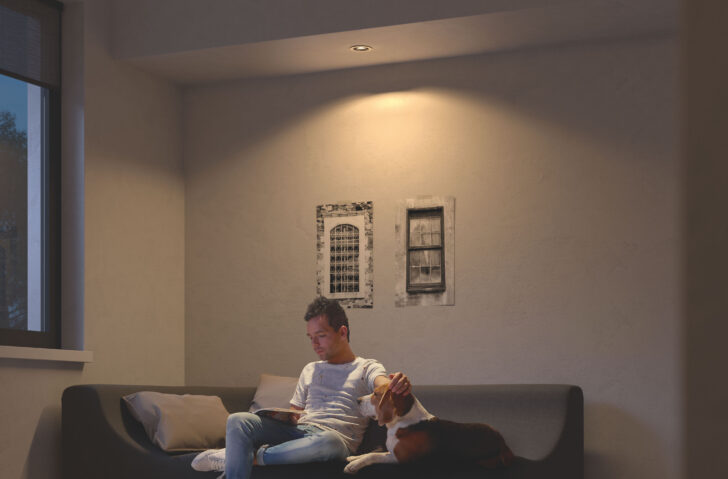 Medium Size of Philips Hue Gu10 Wie Gro Sollte Der Abstand Zwischen Den Deckenstrahler Wohnzimmer Wandbilder Komplett Stehlampe Pendelleuchte Schrank Heizkörper Decken Wohnzimmer Deckenspots Wohnzimmer