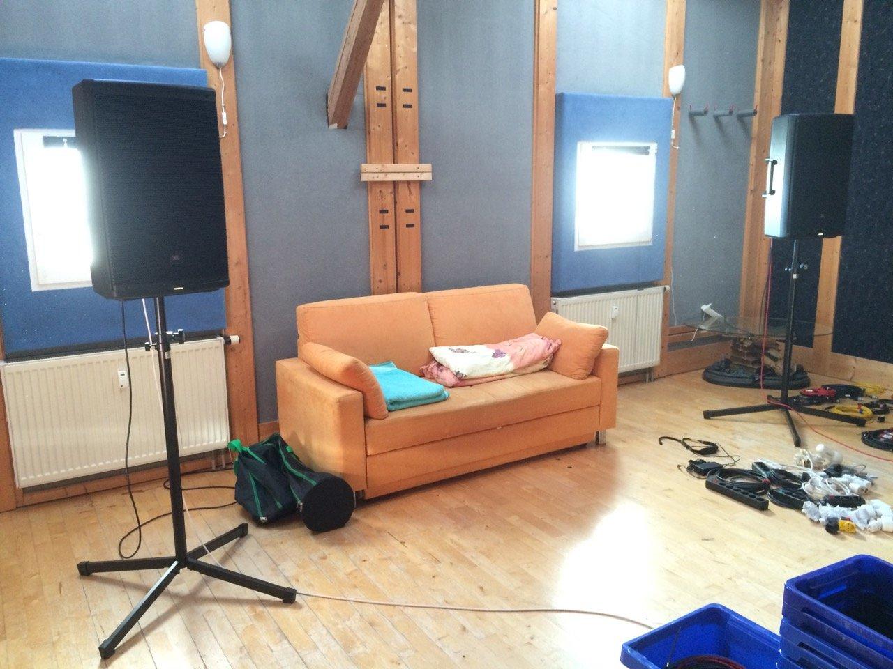 Full Size of Sofa Mit Musikboxen Couch Lautsprecher Poco Und Led Licht Big Bluetooth Eingebauten Lautsprechern Integriertem Rund 3er Grau Boxspring Singleküche E Geräten Wohnzimmer Sofa Mit Musikboxen