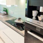 Granit Arbeitsplatte Wohnzimmer Granit Arbeitsplatte Mit Weien Fronten Moderne Klassik Kche Granitplatten Küche Sideboard Arbeitsplatten
