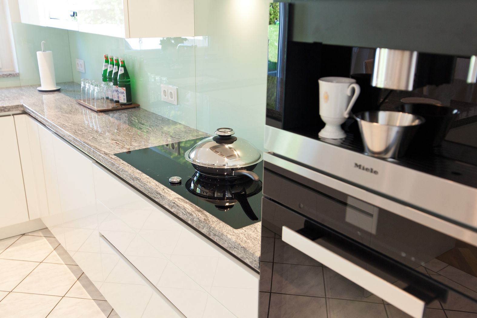 Full Size of Granit Arbeitsplatte Mit Weien Fronten Moderne Klassik Kche Granitplatten Küche Sideboard Arbeitsplatten Wohnzimmer Granit Arbeitsplatte