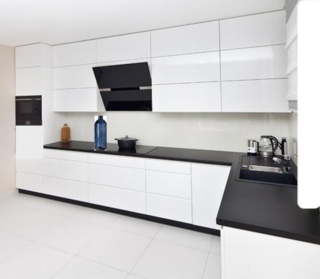 Full Size of Moderne Grifflose Kche Kchenzeile In Wei Glanz Real Küchen Regal Wohnzimmer Real Küchen