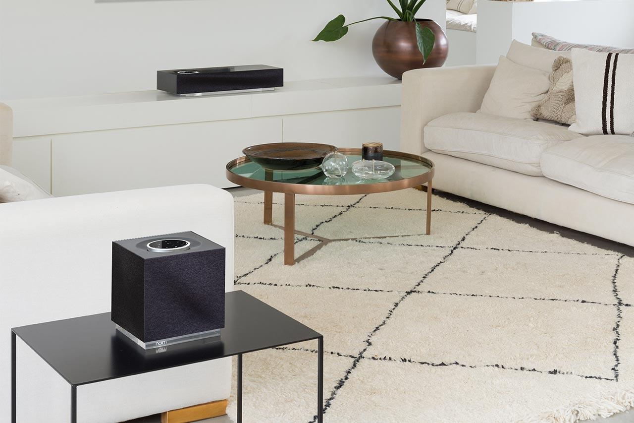 Full Size of Couch Mit Lautsprecher Sofa Eingebauten Lautsprechern Musikboxen Und Licht Integriertem Led Bluetooth Big Poco Naim Mu So Qb 2 Wlan Airplay Hocker Schilling Wohnzimmer Sofa Mit Musikboxen