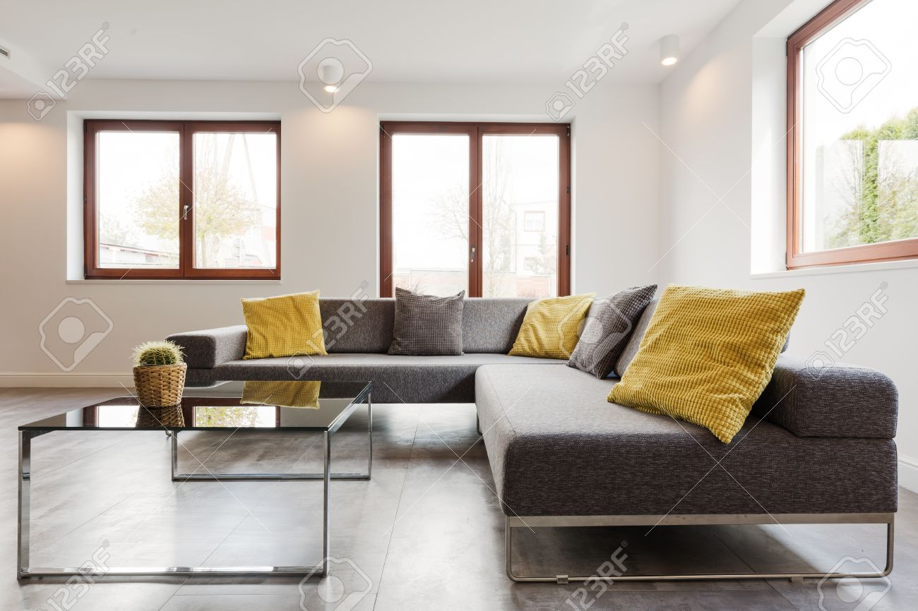 Full Size of Großes Ecksofa Groe Und Couchtisch Aus Glas In Einem Sehr Sofa Bezug Mit Ottomane Bild Wohnzimmer Regal Bett Garten Wohnzimmer Großes Ecksofa