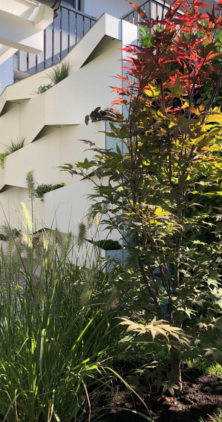 Medium Size of Abtrennwand Garten Trennwand Holz Geometrical Garden Segregation Made Of White Compact Board The Bewässerungssysteme Test Kugelleuchte Loungemöbel Klapptisch Wohnzimmer Abtrennwand Garten