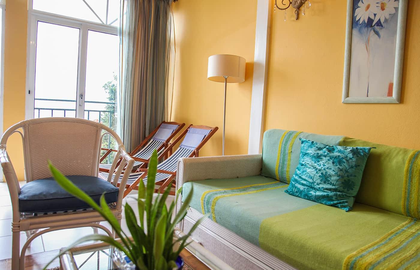 Full Size of Couch Gruen Sessel Liegestuhl Wohnzimmer Apartment Madeira Fototapete Lampen Laminat Für Küche Fototapeten Sprüche Die Vorhänge Landhausstil Wickelbrett Wohnzimmer Liegestuhl Für Wohnzimmer