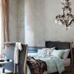 Ausgefallene Schlafzimmer Ausgefallener Kronleuchter Im Romantischen Schlafzim Wiemann Sessel Schimmel Teppich Kommode Truhe Deckenleuchten Landhausstil Wohnzimmer Ausgefallene Schlafzimmer