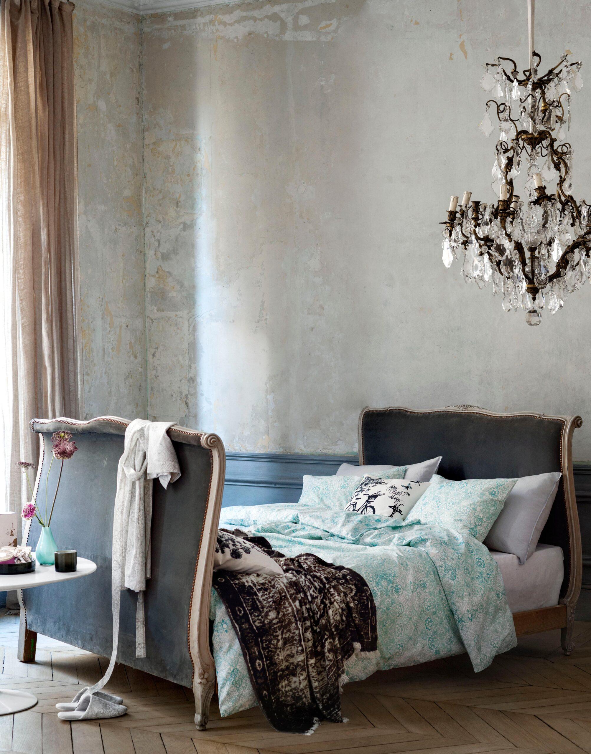 Full Size of Ausgefallene Schlafzimmer Ausgefallener Kronleuchter Im Romantischen Schlafzim Wiemann Sessel Schimmel Teppich Kommode Truhe Deckenleuchten Landhausstil Wohnzimmer Ausgefallene Schlafzimmer