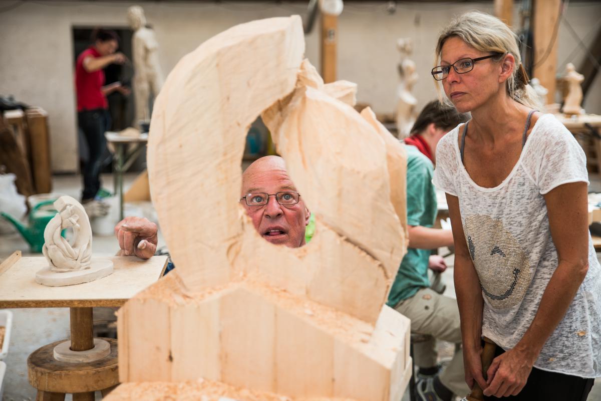 Full Size of Gartenskulpturen Holz Gro Skulpturen In Schnitzschule Geisler Moroder Holzbank Garten Loungemöbel Holzbrett Küche Schlafzimmer Komplett Massivholz Wohnzimmer Gartenskulpturen Holz