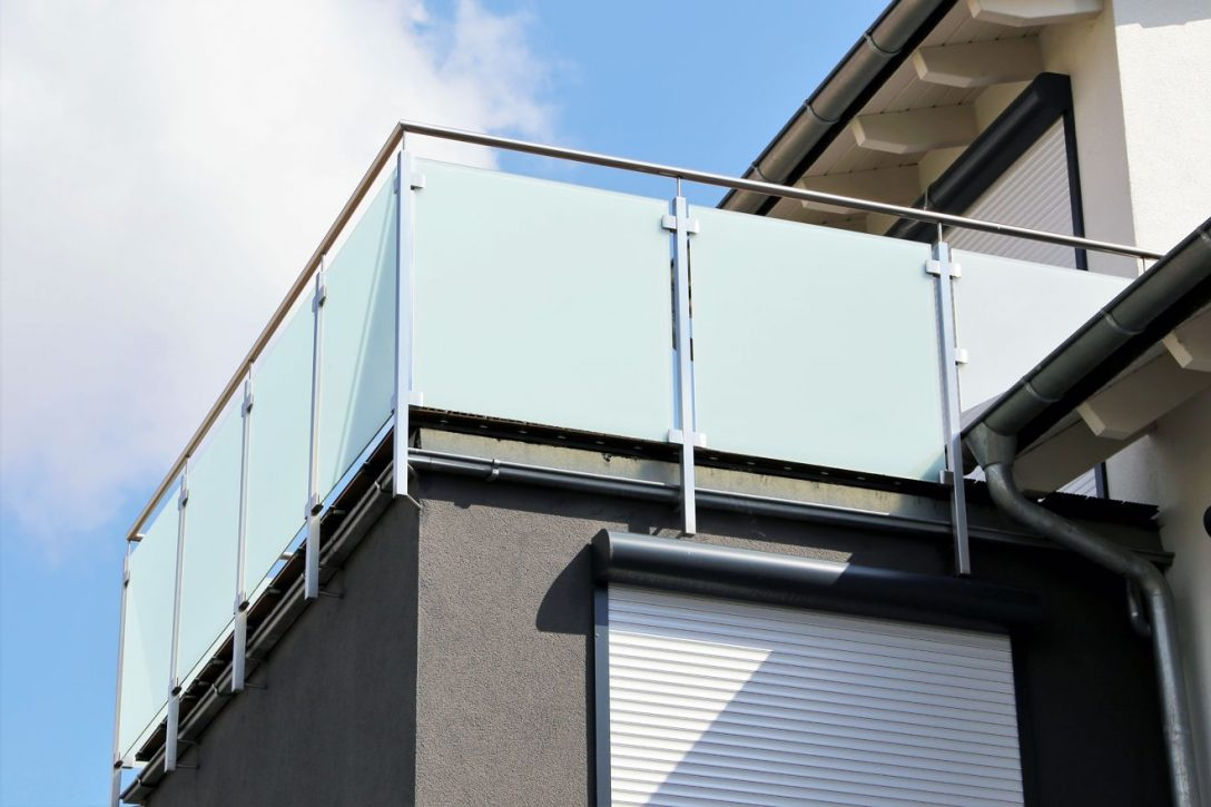 Large Size of Trennwand Balkon Ikea Sichtschutz Ohne Bohren Obi Holz Sondereigentum Plexiglas Glas Metall Fr Den Sicher Und Gut Geschtzt Jetzt Auf Glastrennwand Dusche Wohnzimmer Trennwand Balkon