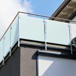 Trennwand Balkon Ikea Sichtschutz Ohne Bohren Obi Holz Sondereigentum Plexiglas Glas Metall Fr Den Sicher Und Gut Geschtzt Jetzt Auf Glastrennwand Dusche Wohnzimmer Trennwand Balkon