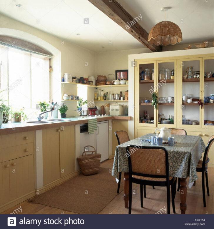 Hinteren Rohrsthlen Am Tisch Mit Grn Gemustertes Tuch In Grünes Sofa Moderne Landhausküche Gebraucht Weiß Grau Grün Küche Mintgrün Weisse Regal Wohnzimmer Landhausküche Grün