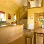 Küche Boden Gelbe Kche Mit Holz Und Treppe Zur Galerie Stockfoto Einbauküche Kaufen Vinylboden Wohnzimmer Gewinnen Dusche Bodengleich Fliesenspiegel Glas Wohnzimmer Küche Boden