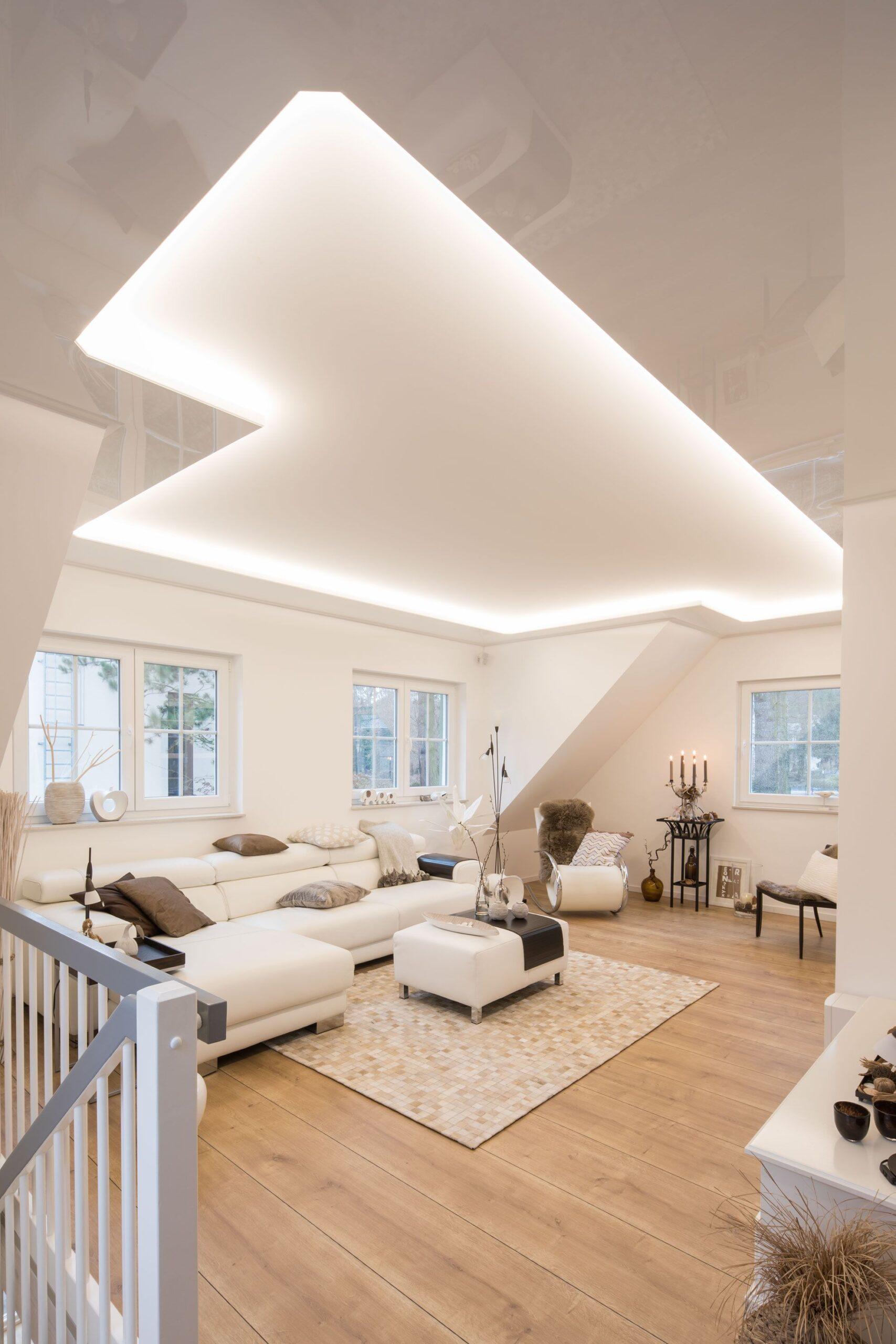 Full Size of Wohnzimmer Decke Deckenkombination Mit Beleuchtung Und Reflexion Wandtattoo Schlafzimmer Deckenlampe Decken Deckenleuchte Bad Stehleuchte Lampe Led Küche Wohnzimmer Wohnzimmer Decke