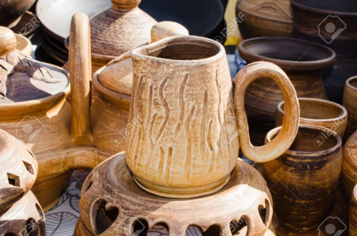 Medium Size of Küchen Rustikal Rustikales Kchengert Leeres Keramikgeschirr Home Waren Kche Bett Rustikaler Esstisch Küche Holz Regal Wohnzimmer Küchen Rustikal