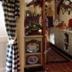 Kleines Cottage Kche Mit Regal Neben Blauen Und Weien Check Tr Offenes Kisten Alno Küche Umziehen Schuh Müllschrank Anthrazit Betonoptik Regale Kaufen Für Wohnzimmer Kleines Regal Küche
