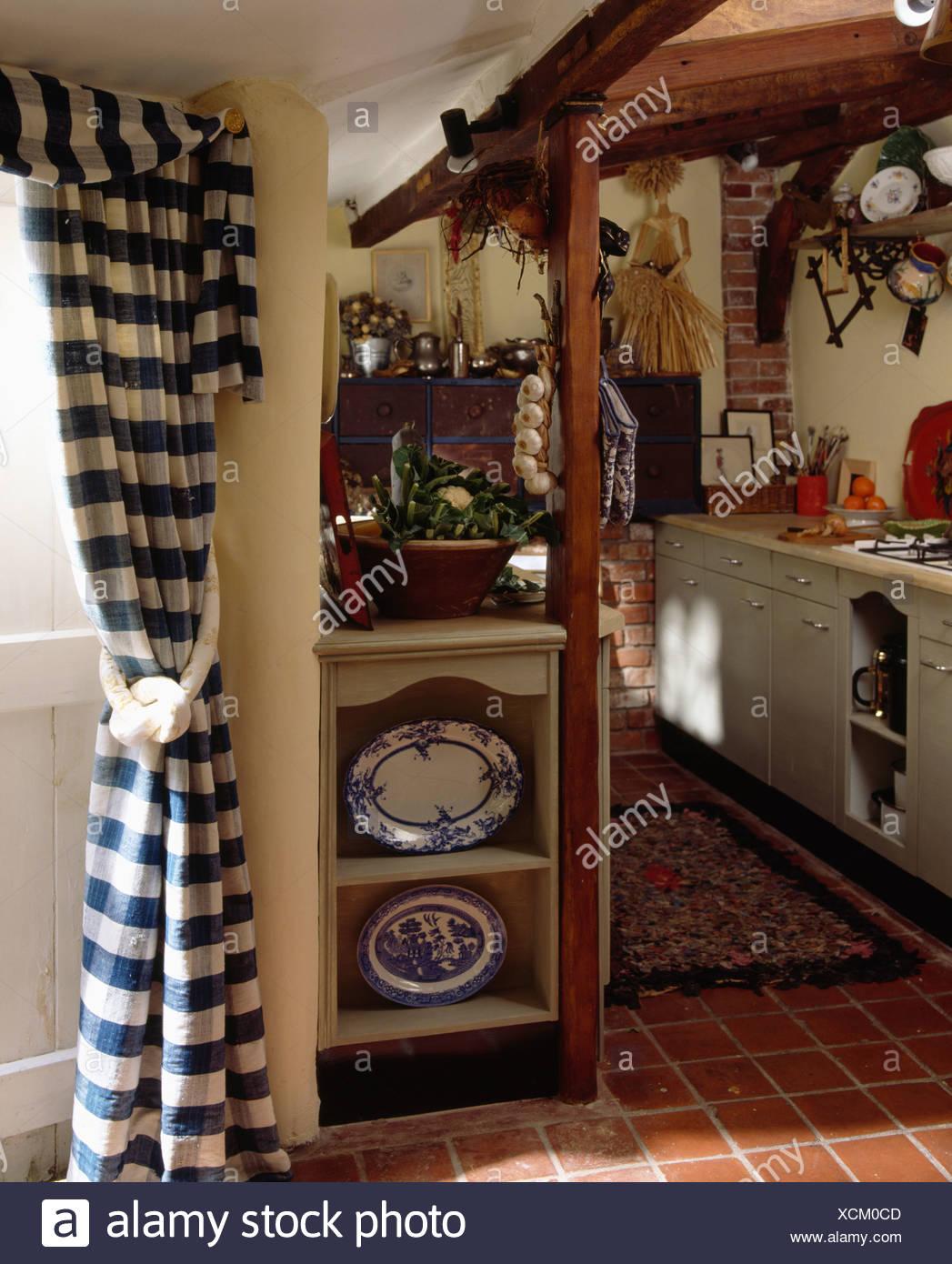Full Size of Kleines Cottage Kche Mit Regal Neben Blauen Und Weien Check Tr Offenes Kisten Alno Küche Umziehen Schuh Müllschrank Anthrazit Betonoptik Regale Kaufen Für Wohnzimmer Kleines Regal Küche