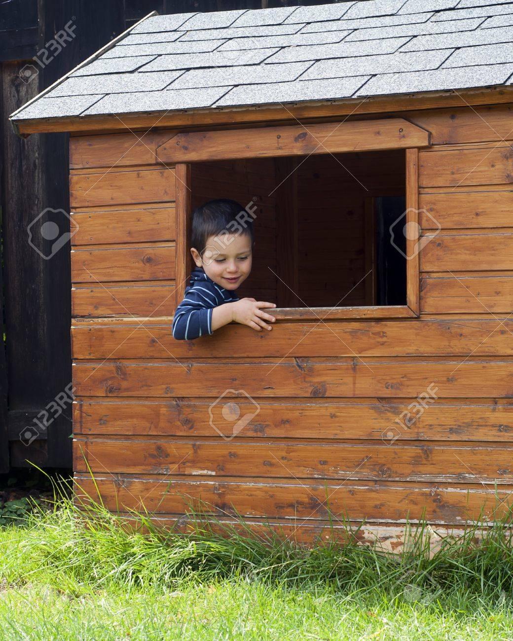 Full Size of Gartenhaus Kind Smoby Bauen Plastik Gebraucht Holz Ebay Kleinanzeigen Obi Selber Kunststoff Junge In Einem Fenster Von Hlzernen Spielküche Wohnzimmer Gartenhaus Kind
