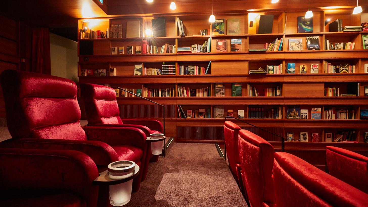 Full Size of Kino Mit Betten Astor Film Lounge Hier Treffen Und Luxus Aufeinander Schramm Köln Spiegelschrank Bad Beleuchtung Jensen Küche Sideboard Arbeitsplatte 3 Wohnzimmer Kino Mit Betten
