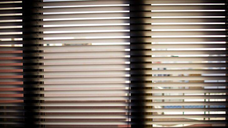 Medium Size of Fenster Jalousien Innen Fensterrahmen Bauhaus Montageanleitung Ohne Bohren Montieren Obi Elektrisch Rollo Ersatzteile Wer Muss Online Konfigurieren Kbe Pvc Wohnzimmer Fenster Jalousien Innen Fensterrahmen