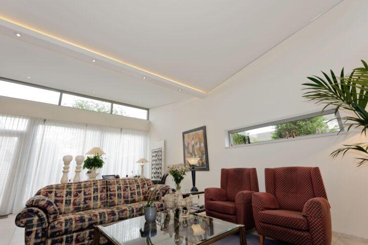Medium Size of Weie Wohnzimmerdecke Mit Beleuchtung In Den Deckenlamellen Liege Wohnzimmer Deckenlampe Schrankwand Deko Bilder Xxl Decke Led Deckenleuchte Tagesdecken Für Wohnzimmer Wohnzimmer Decke