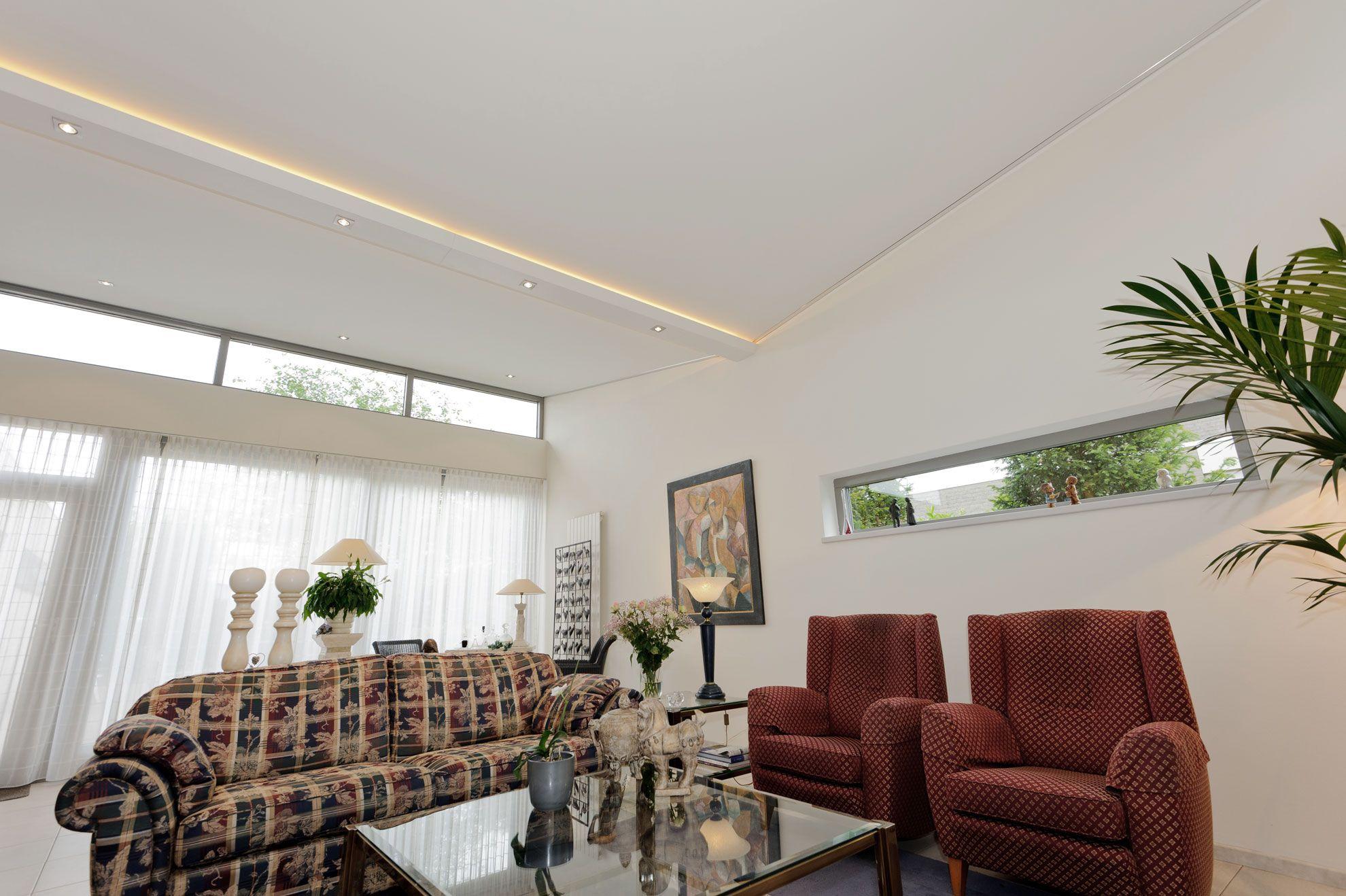 Full Size of Weie Wohnzimmerdecke Mit Beleuchtung In Den Deckenlamellen Liege Wohnzimmer Deckenlampe Schrankwand Deko Bilder Xxl Decke Led Deckenleuchte Tagesdecken Für Wohnzimmer Wohnzimmer Decke
