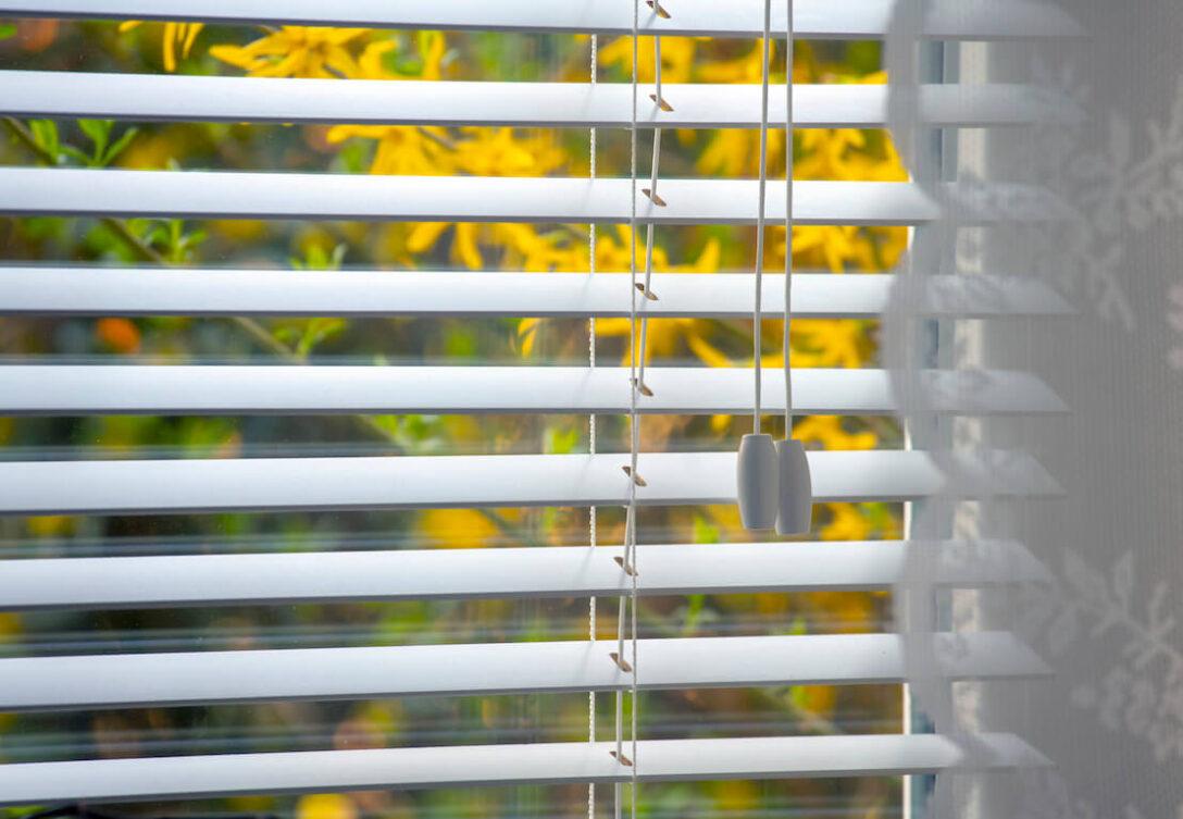 Large Size of Fenster Rollo Innen Fensterrahmen Jalousien Obi Elektrisch Ersatzteile Bauhaus Montageanleitung Montieren Ohne Bohren Rollladen Oder Jalousie Unterschiede Und Wohnzimmer Fenster Jalousien Innen Fensterrahmen