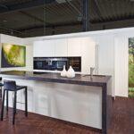 Granit Arbeitsplatte Wohnzimmer Baslimline Inselkche Mit Besonderer Granit Arbeitsplatte Koje Granitplatten Küche Sideboard Arbeitsplatten