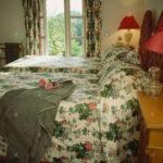 Graue Badetuch Auf Dem Bett Mit Floralen Bettdecke In Lampe Schlafzimmer Lampen Kommode Deckenleuchte Komplette Klimagerät Für Truhe Teppich Komplettes Wohnzimmer Gardinen Schlafzimmer Landhausstil