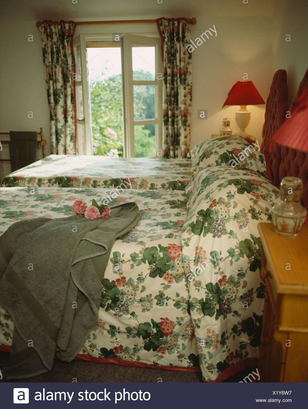 Full Size of Graue Badetuch Auf Dem Bett Mit Floralen Bettdecke In Lampe Schlafzimmer Lampen Kommode Deckenleuchte Komplette Klimagerät Für Truhe Teppich Komplettes Wohnzimmer Gardinen Schlafzimmer Landhausstil