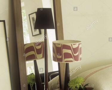 Retro Regal Wohnzimmer Retro Regal Rechteckiger Spiegel Mit Rahmen Aus Dunklem Holz Im Offenes Für Kleidung Kolonialstil Kleiderschrank Vorratsraum Kleines Weiß Tv Rot Schubladen