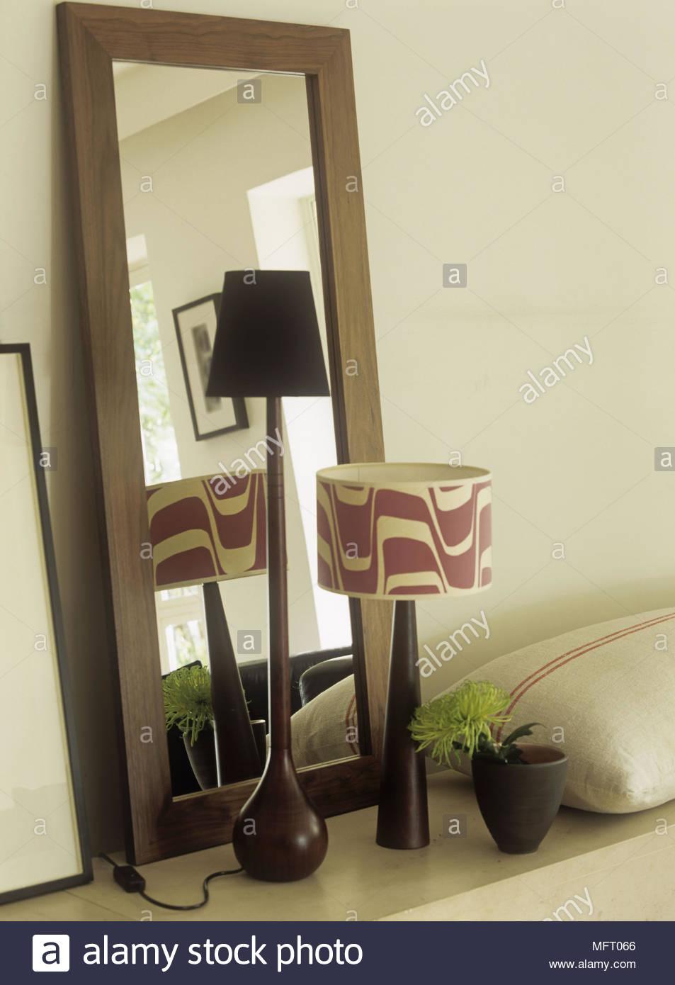Full Size of Retro Regal Rechteckiger Spiegel Mit Rahmen Aus Dunklem Holz Im Offenes Für Kleidung Kolonialstil Kleiderschrank Vorratsraum Kleines Weiß Tv Rot Schubladen Wohnzimmer Retro Regal