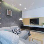 Gerumiges Wohnzimmer Interieur Mit Sofa Großes Bild Loungemöbel Garten Holz Holzbank Regal Lampe Naturholz Stehleuchte Küche Teppich Wohnzimmer Wohnzimmer Lampe Holz