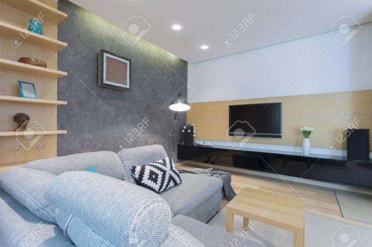 Medium Size of Gerumiges Wohnzimmer Interieur Mit Sofa Großes Bild Loungemöbel Garten Holz Holzbank Regal Lampe Naturholz Stehleuchte Küche Teppich Wohnzimmer Wohnzimmer Lampe Holz