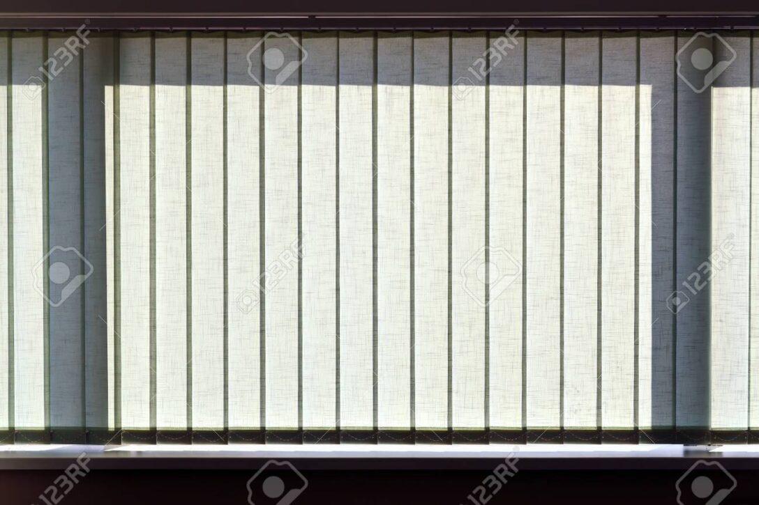 Large Size of Jalousie Innen Fenster Vertikalen Jalousien Auf Das Bro Lizenzfreie Einbauen Kosten Insektenschutzrollo Schüko Rc 2 Nach Maß Jemako Sicherheitsfolie Felux Wohnzimmer Jalousie Innen Fenster