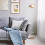 Real Photo Von Einem Grauen Couch Mit Kissen Und Decke Neben Wohnzimmer Deckenlampe Deckenlampen Modern Lampen Beleuchtung Lampe Hängelampe Schrankwand Wohnzimmer Lampe Wohnzimmer Decke