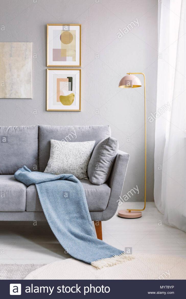 Medium Size of Real Photo Von Einem Grauen Couch Mit Kissen Und Decke Neben Wohnzimmer Deckenlampe Deckenlampen Modern Lampen Beleuchtung Lampe Hängelampe Schrankwand Wohnzimmer Lampe Wohnzimmer Decke