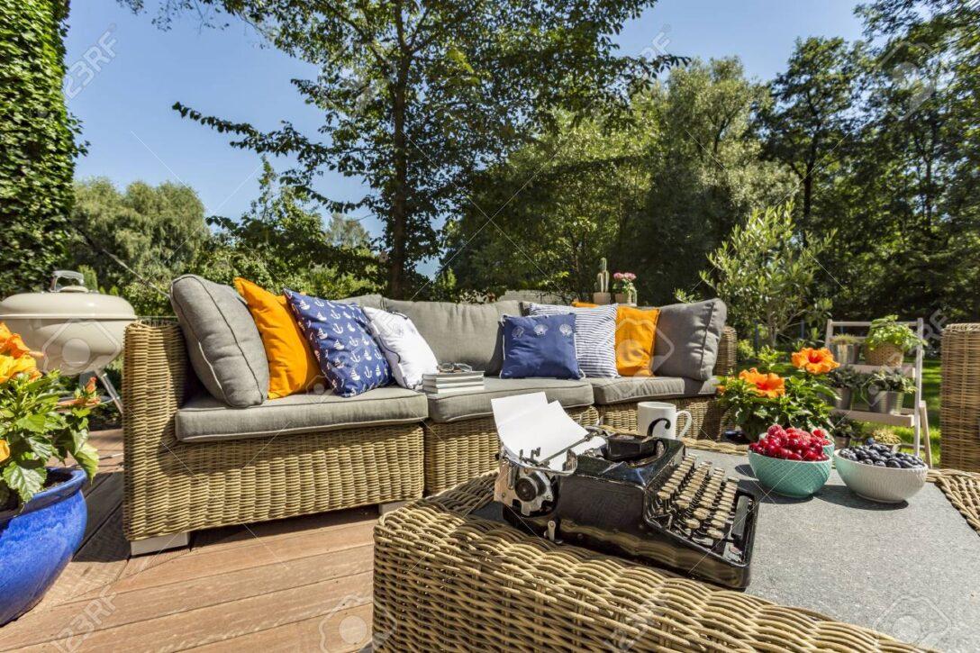 Large Size of Couch Terrasse Gerumige Villa Mit Stilvollen Rattan Sofa Und Einem Wohnzimmer Couch Terrasse