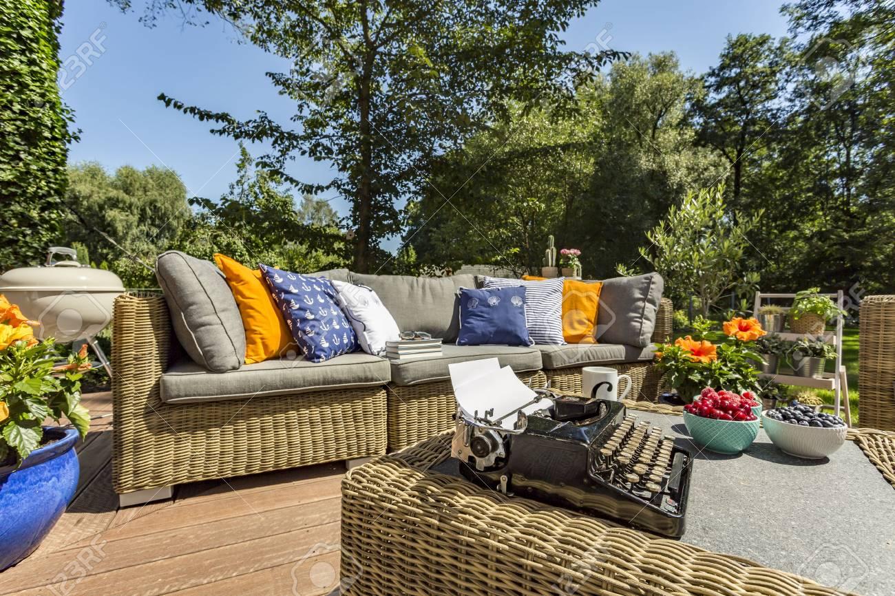 Full Size of Couch Terrasse Gerumige Villa Mit Stilvollen Rattan Sofa Und Einem Wohnzimmer Couch Terrasse