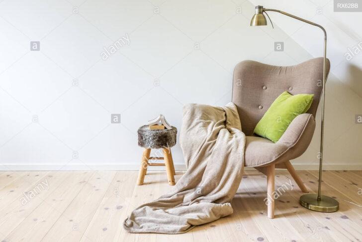 Medium Size of Lampe Wohnzimmer Decke Eine Lesung Stuhl Sessel Mit Einer Vorhänge Deckenleuchten Bad Deckenleuchte Tischlampe Deckenlampen Für Tagesdecke Bett Led Lampen Wohnzimmer Lampe Wohnzimmer Decke