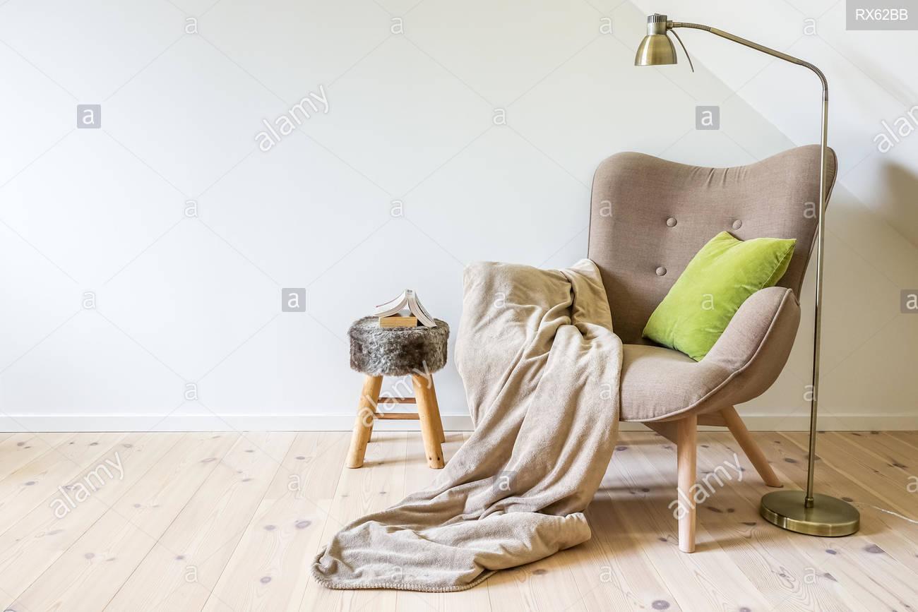 Full Size of Lampe Wohnzimmer Decke Eine Lesung Stuhl Sessel Mit Einer Vorhänge Deckenleuchten Bad Deckenleuchte Tischlampe Deckenlampen Für Tagesdecke Bett Led Lampen Wohnzimmer Lampe Wohnzimmer Decke
