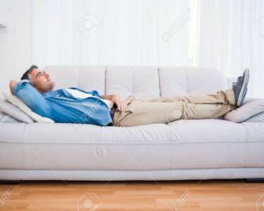 Liegen Wohnzimmer Wohnzimmer Mann Liegen Und Entspannen Auf Couch Zu Hause Im Fototapeten Wohnzimmer Lampen Teppich Sofa Kleines Wandtattoos Lampe Tapeten Liege Led Komplett