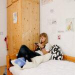 Teenager Mädchen Bett Wohnzimmer Teenager Mädchen Bett Mrrische Mdchen Sitzt Auf Ihrem Ein Spielen Mit Barock Betten 200x200 120 Cm Breit Eiche Flexa Stauraum 160x200 190x90 Such Frau Fürs