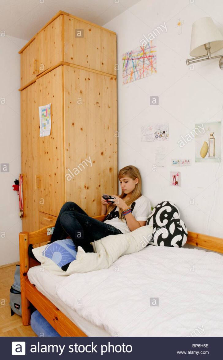 Medium Size of Teenager Mädchen Bett Mrrische Mdchen Sitzt Auf Ihrem Ein Spielen Mit Barock Betten 200x200 120 Cm Breit Eiche Flexa Stauraum 160x200 190x90 Such Frau Fürs Wohnzimmer Teenager Mädchen Bett