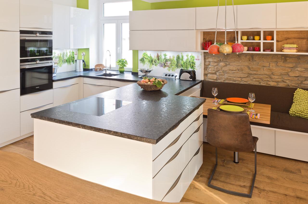 Full Size of Granit Arbeitsplatte Kche Mit Edler Glasfront Und Ihr Küche Granitplatten Sideboard Arbeitsplatten Wohnzimmer Granit Arbeitsplatte