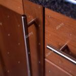 Küchenschrank Griffe Nahaufnahme Der Kchenschrank Mit Aus Rostfreiem Stahl Küche Möbelgriffe Wohnzimmer Küchenschrank Griffe