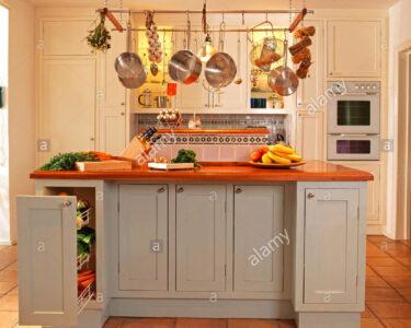 Freistehende Arbeitsplatte Küche Wohnzimmer Tpfe Und Pfannen Hngen Im Schaukasten Kche Ber Freistehende L Küche Mit Elektrogeräten Pendelleuchte Gebrauchte Kaufen Arbeitsplatten Hochglanz