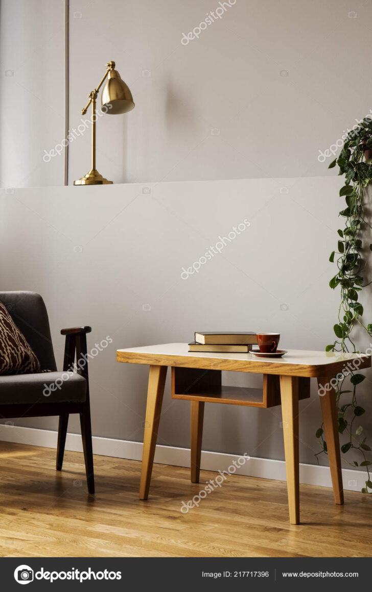 Medium Size of Wohnzimmer Lampe Stehend Ikea Klein Holz Led Sessel Neben Holztisch Grauen Interieur Mit Pflanzen Vitrine Weiß Bad Lampen Esstisch Rollo Beleuchtung Teppich Wohnzimmer Wohnzimmer Lampe Stehend